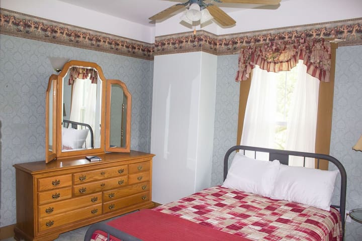 SeeMore Inn B&B - Rogers Room