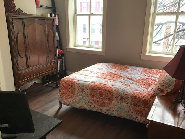 Residents Welcome- Private Bedroom Room Near UMB