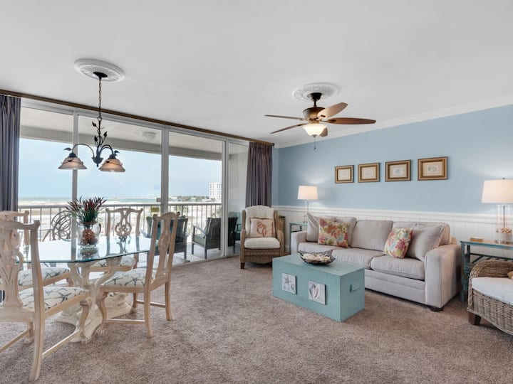 Beautiful condo, Beach service & bicycles included, Close to dining