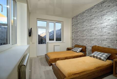 Духместный номер с двумя кроватями и видом на горы