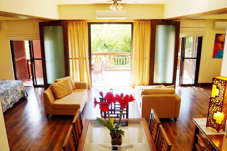 Seaside 2 Bedroom Condominium with Jacuzzi
