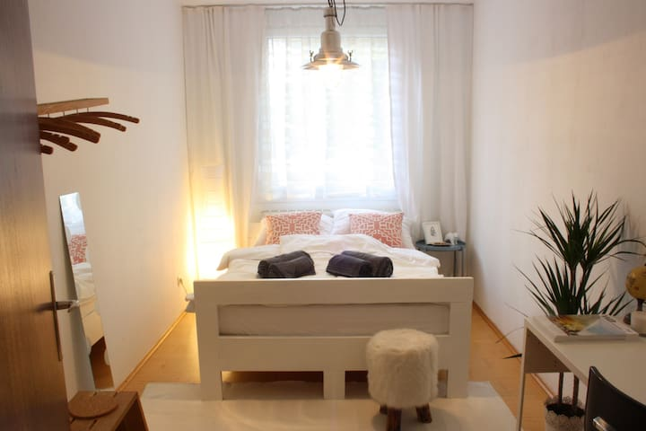 Cozy private room, next to the fairgrounds in Graz