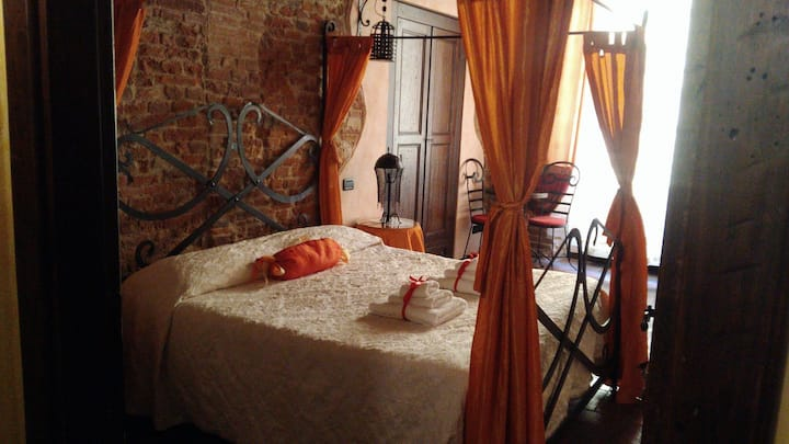 "B&B Charme in the heart of Lucca ""Teodorico room"""