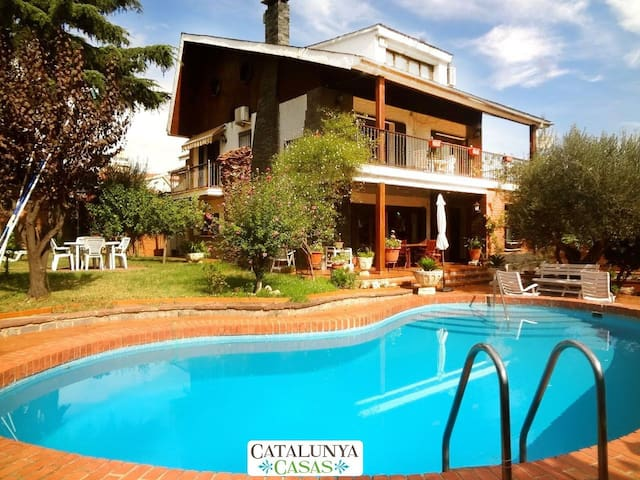 Majestic Villa Barbara, just 15km from Barcelona and 200m from the metro! - บาร์เซโลนา