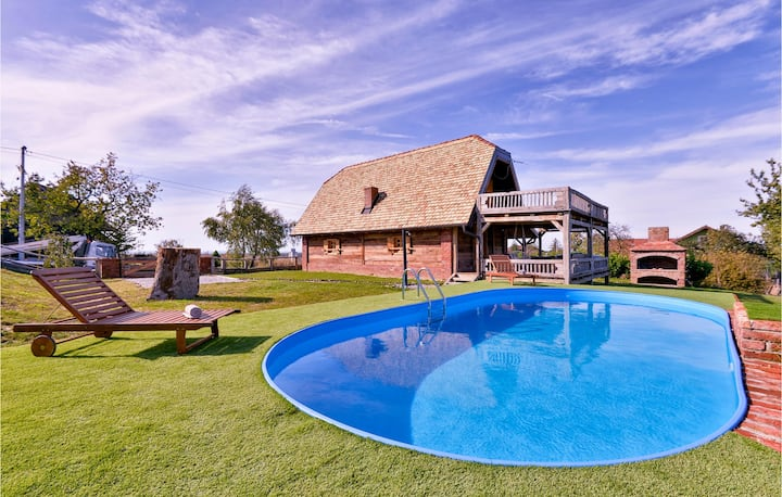 Amazing home in Popovaca with Outdoor swimming pool, Jacuzzi and 2 Bedrooms