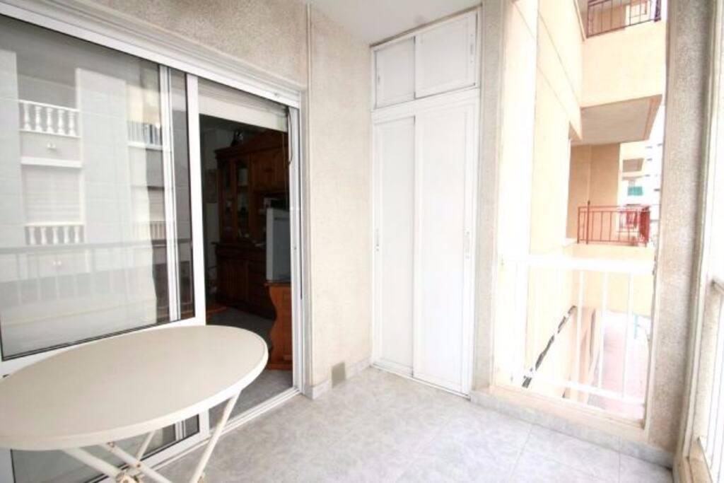 Болкон. есть стол, стулья и сушилка для белья