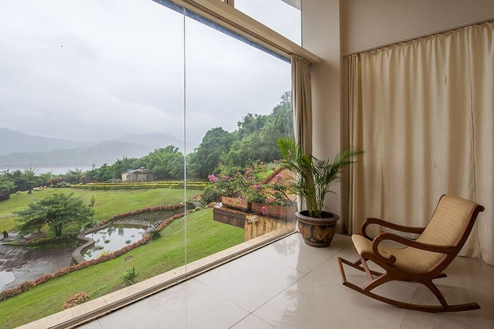 Glass House, 5 BHK with Panaromic lake view