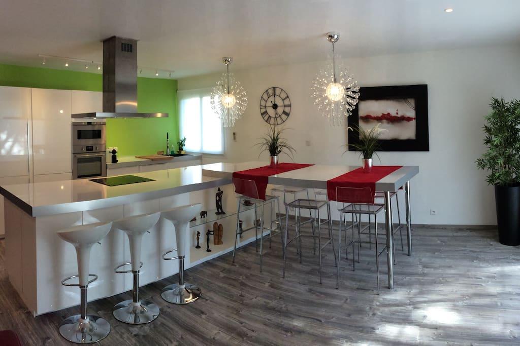 Une cuisine spacieuse pour mijoter de bons petits plats, avis aux gastronomes.