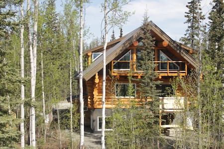 Log home and Kluane Mountain view - Haines Junction