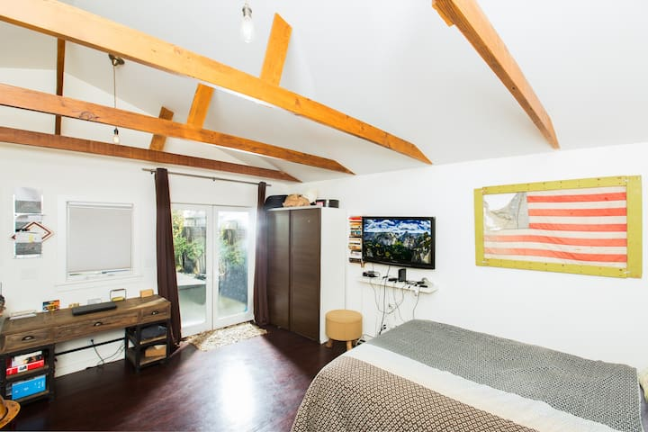 Cozy & Private Guest House in NOHO Arts District!