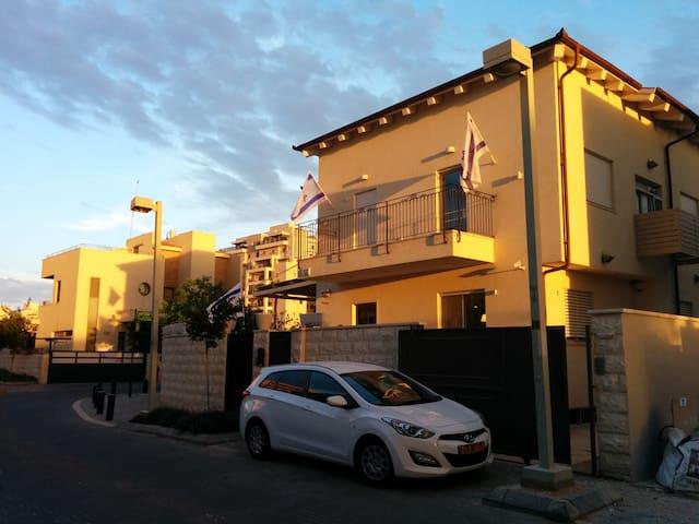 Suburbs Family Villa - Petah Tikva - House