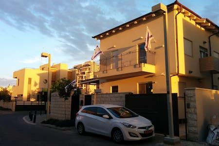 Suburbs Family Villa - Petah Tikva