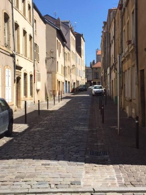 Rue calme et typique du vieux Metz