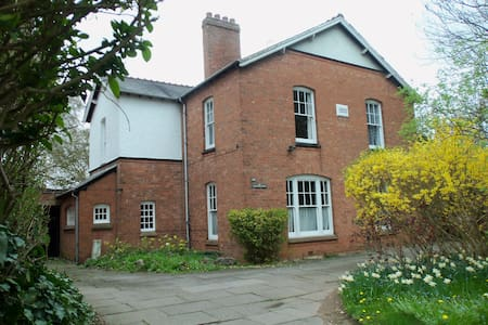 Victorian School House: quiet,spacious family home - Birmingham - Bed & Breakfast