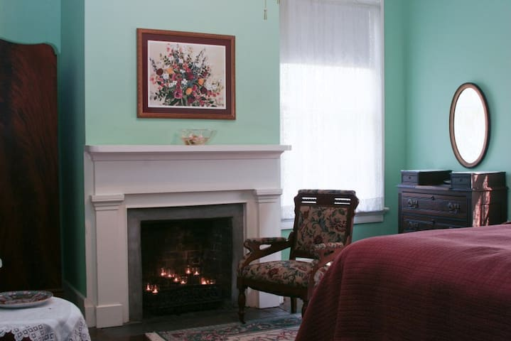 BNB Magnolia Room near Tallahassee - Monticello - Bed & Breakfast