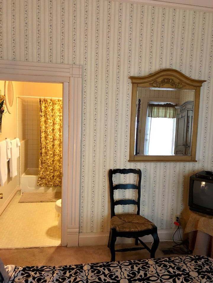 The Gold Room (One Queen) at the Powers Mansion Inn
