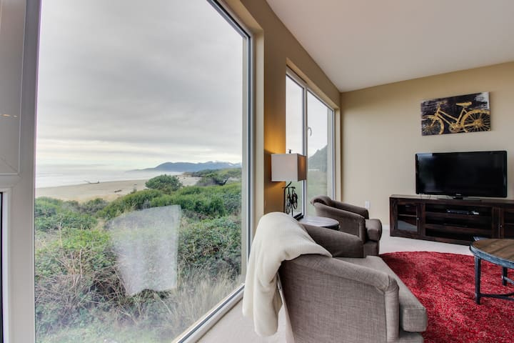 Oceanfront condo w/ fantastic ocean views & shared hot tub - dogs welcome!