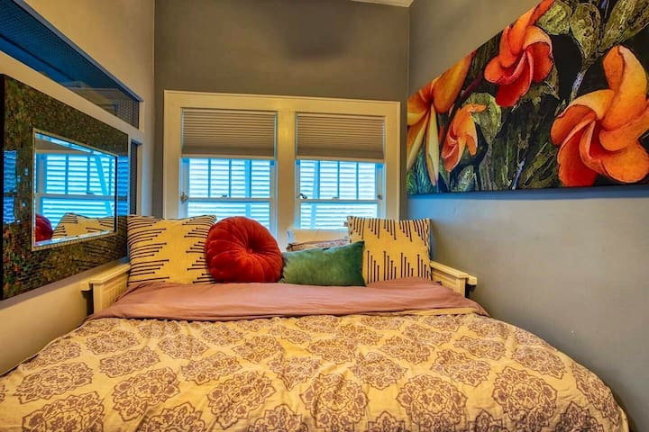 King daybed, blackout shades, multiple charging outlets, new AC, cozy tropical cloud life.