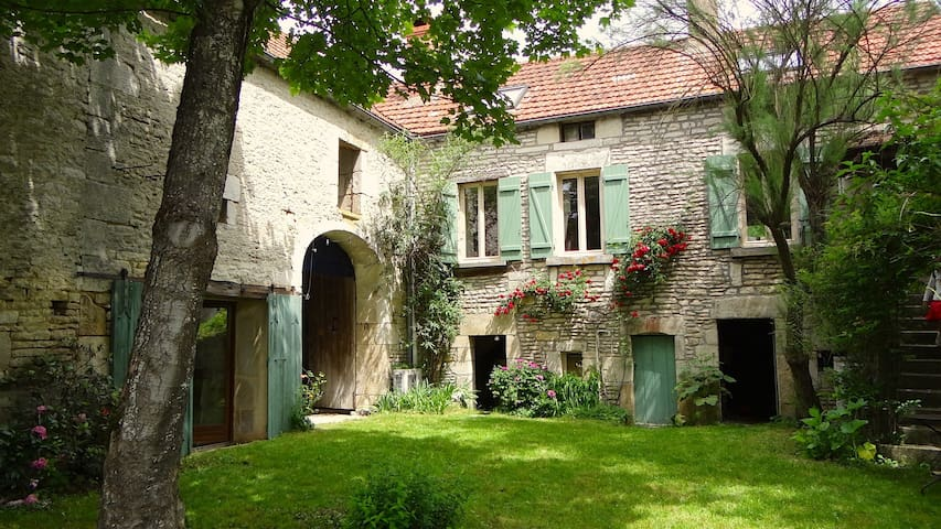 CHARMING VILLAGE HOUSE-GARDEN&RIVER - Cry sur Armançon - House