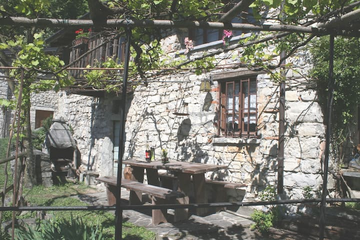 Rustic mountain lodge duly refurbis - Albogasio Superiore Valsolda - Cabin