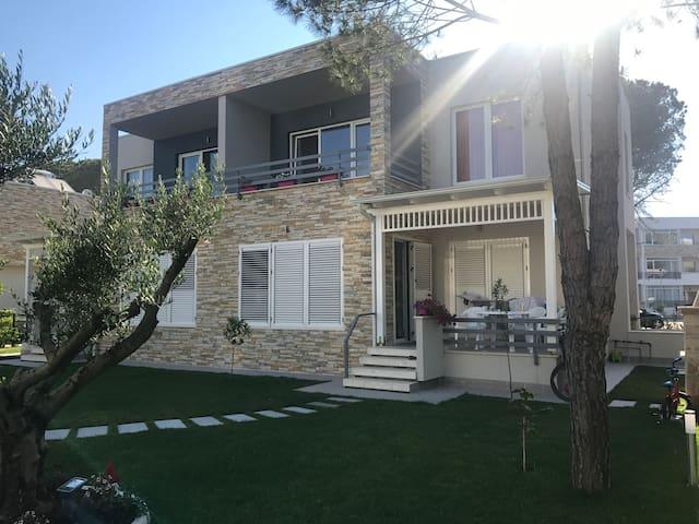 Gjiri lalzit Lux House at Lura
