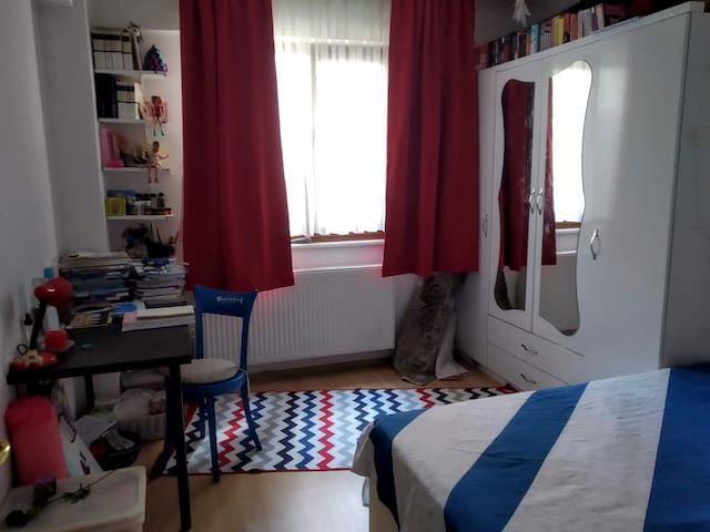 The room with the double sized bed. You can also use the table and a part of the wardrobe / 2 kişilik yatağın olduğu oda. Masayı ve gardolabın bir kısmını kullanabilirsiniz.