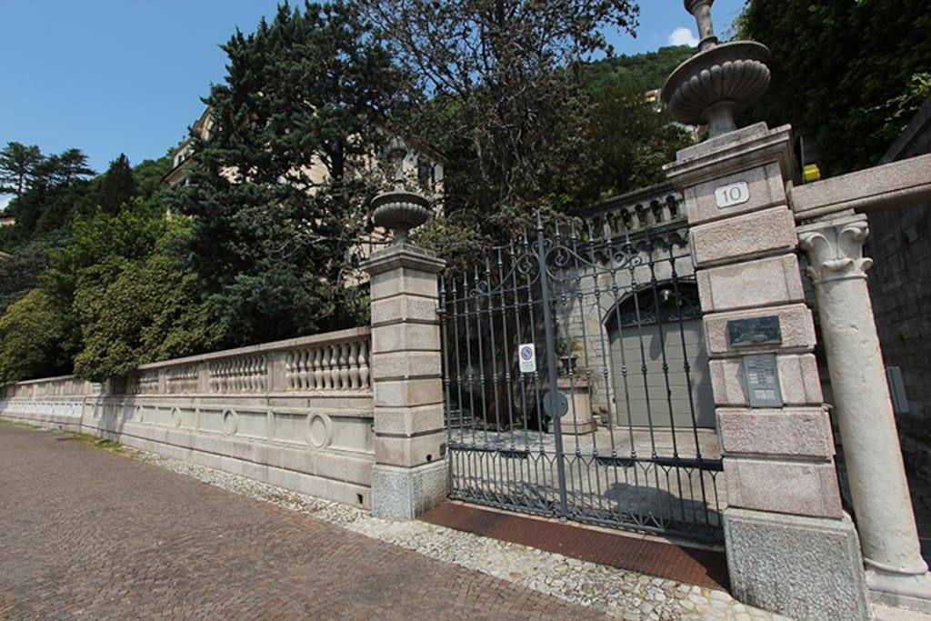 The entrance gate from viale Geno