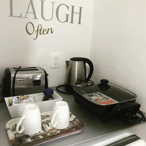 Angolino con frigo tostapane bollitore pentola/padella elettrica per cucinare colazione e cena