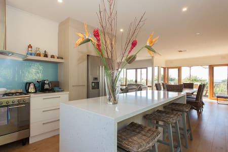 Resort style a/c 3 b/r bay views - Dromana