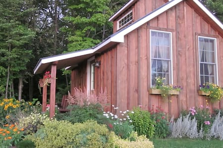 Shéady Acres Cottages with Hot Tub - Montgomery - Hytte
