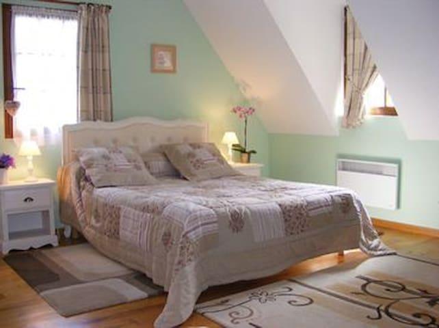 """Chambre """"Champêtre""""avec piscine d'intérieur - Glanville - Bed & Breakfast"""