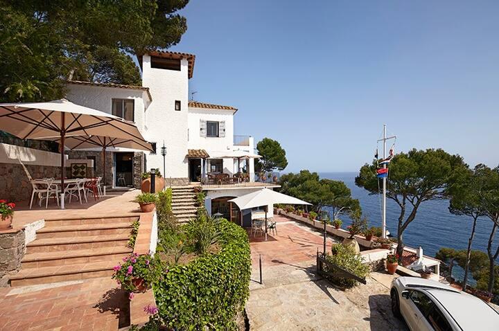 AL-3 Isolated villa with access to the sea Llafran