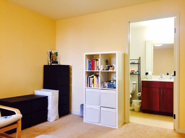 Private room with bath in the heart of Berkeley