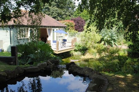 The Boat House Retreat - Eastergate - Stuga