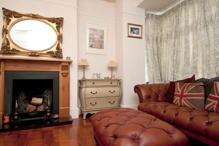 Chic, luxurious & inviting family home - Croydon - Rumah