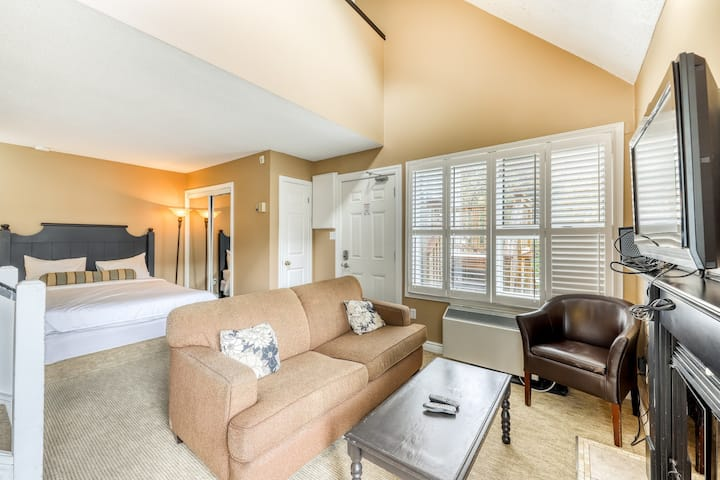Well-located condo w/ shared hot tub, pool & tennis - walk to lift, dogs OK!