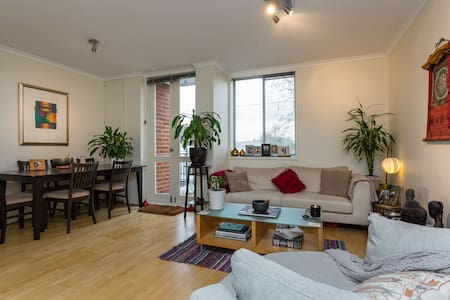 My beautiful flat is clean and fresh with an abundance of natural light and city views.  Only 100m to the 109 tram to the City and a block from the cafe's & shops of Bay St.  It's just 4 blocks to the beach and walking distance to Docklands or City!