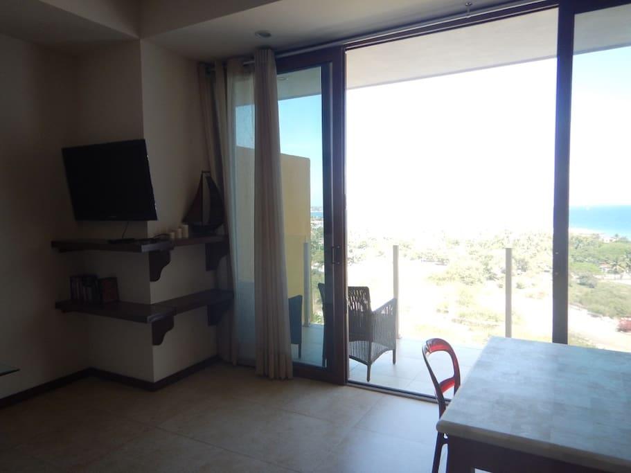 Television y terraza con bella ista a la bahia.