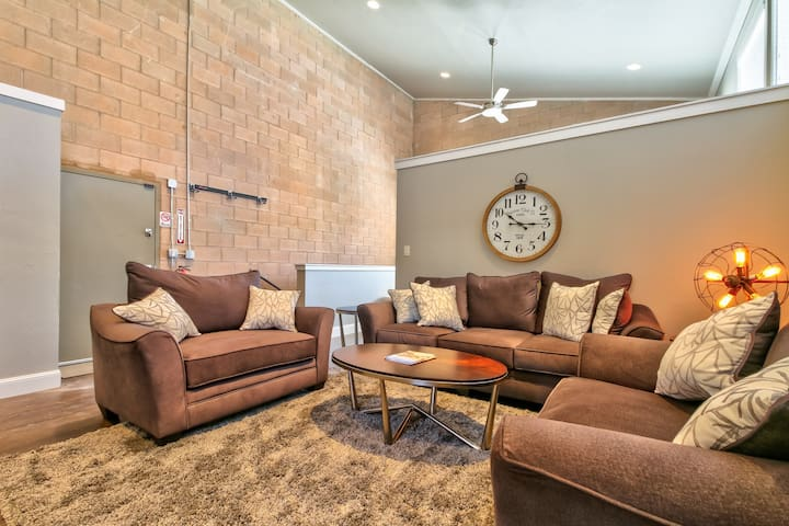Loft w/shared hot tub & firepit - great location, walk everywhere