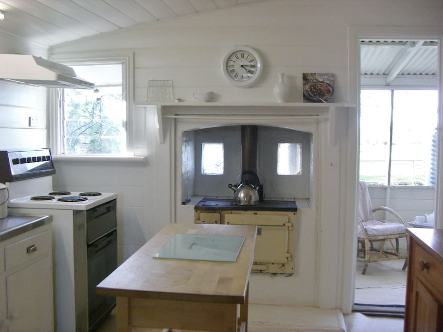 Traditional country kitchen with modern conveniences. great for roasts and baking.