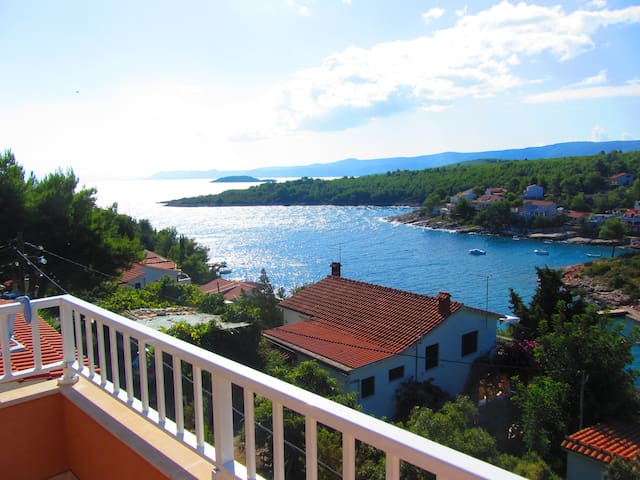 Sunny apt.in bay with sea view - Stari Grad - Appartement