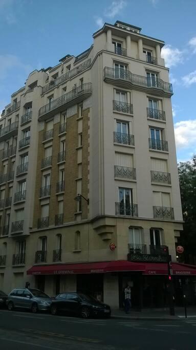 Крепкий каменный дом в центре Парижа