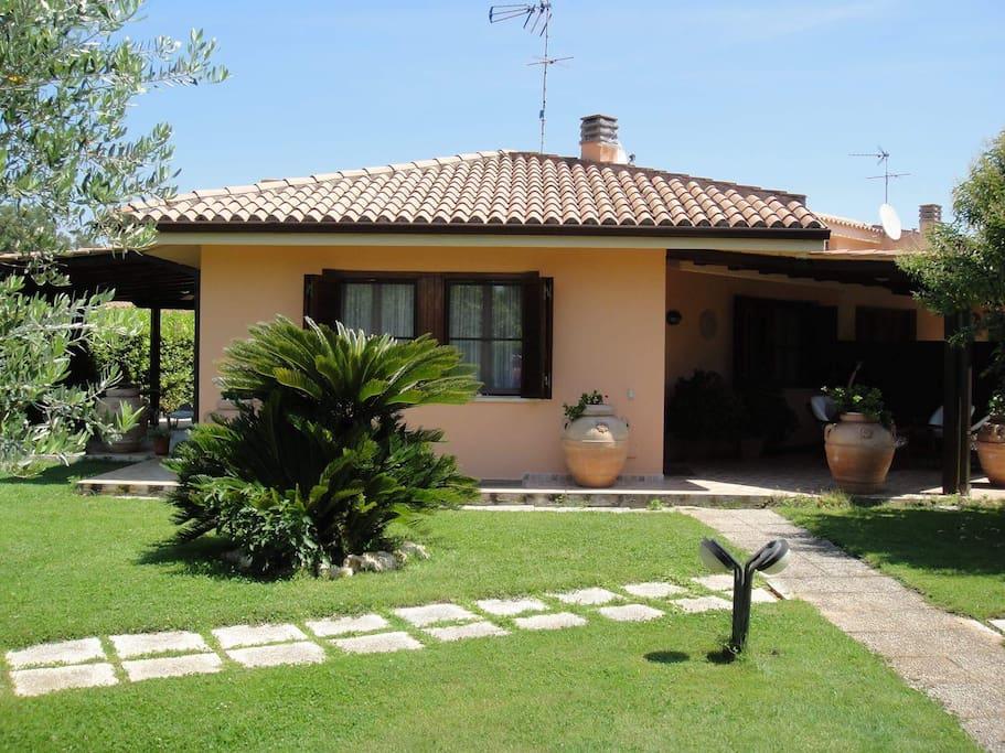 Villa privata al circeo con giardino ville in affitto a - Vialetto giardino illuminato ...