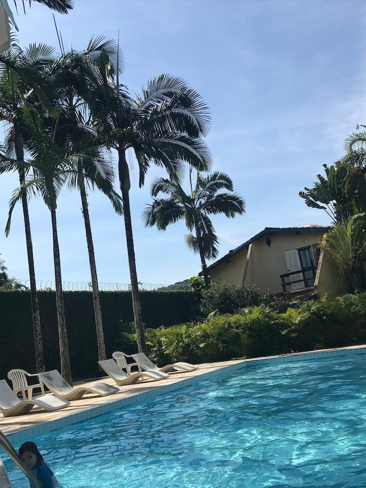 Casa charmosa frente a piscina, condominio fechado