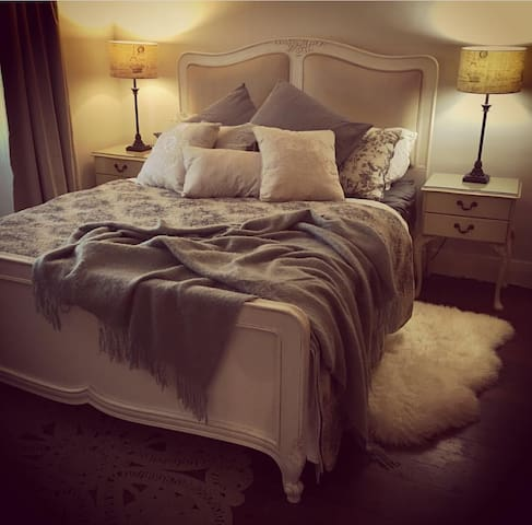 Large queen room in Country style home in Sydney
