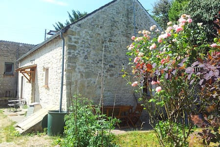 Chambre spacieuse dans belle maison en pierre - La Neuville-sur-Essonne - Gjestehus