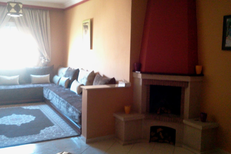Salon marocain avec cheminée