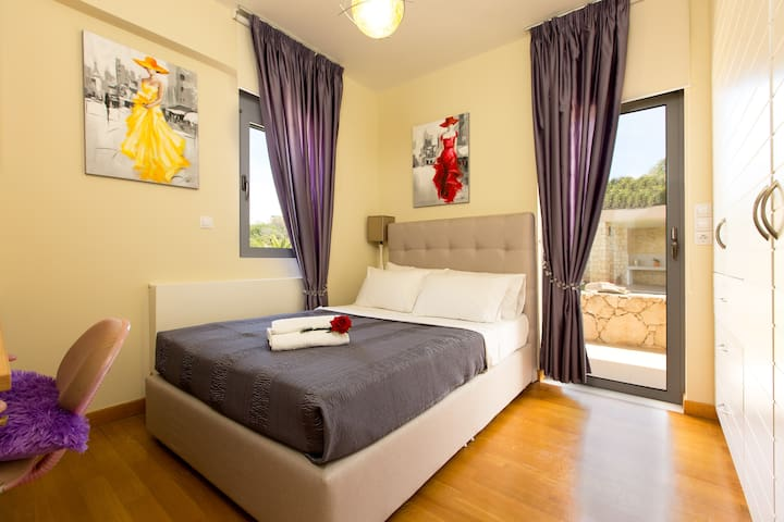 Double bed Bedroom on the ground floor with direct access to the pool area!