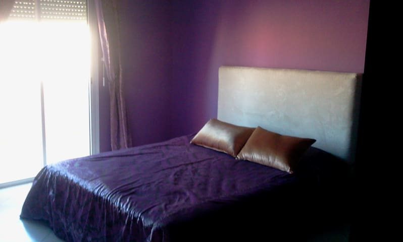 Chambre à coucher 1 avec balcon