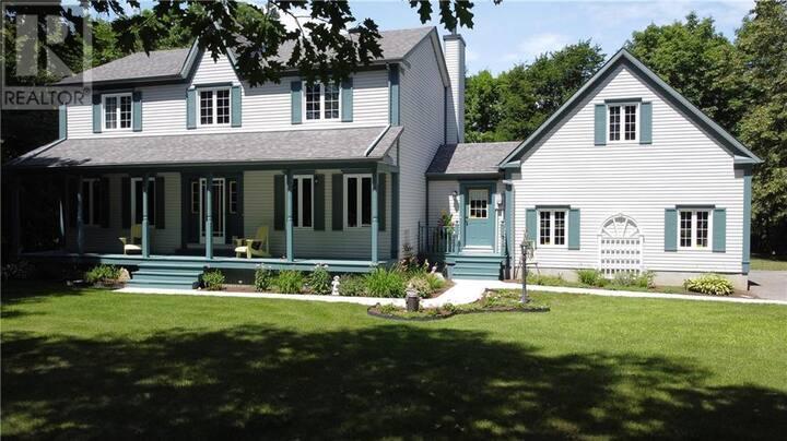 Large Executive Home near Rideau Lakes